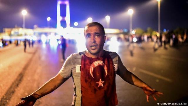 Türkei Bosphorus Brücke Militär Protest Mann (Getty Images / B.Kilic)