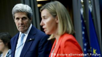 U.S. Secretary of State John Kerry (left) and EU high representative for foreign affairs and security policy Federica Mogherini (picture-alliance/dpa/Y.Pingfan)
