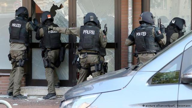 Deutschland Razzia in Hildesheim (picture-alliance / dpa / C. Gossmann)