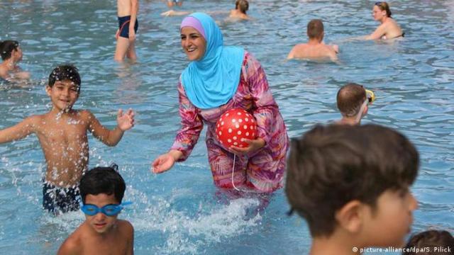 Deutschland Frau trägt Burkini in einem Freibad in Berlin (picture-alliance / dpa / S. Pilick)