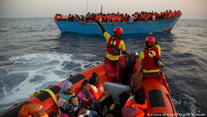 Migrants being rescued from a boat (picture alliance/AP Photo/E. Morenatti)