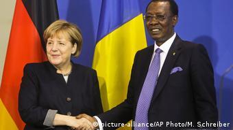Berlin Merkel trifft Tschads Präsident Idriss Deby Itno (picture-alliance/AP Photo/M. Schreiber)