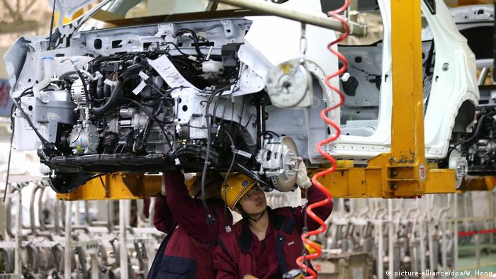 Chinese workers in a car factory (picture-alliance/dpa/W. Hong)