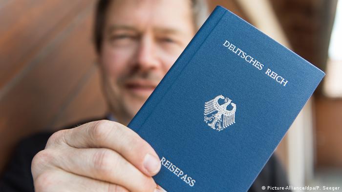 Joachim Widera, miembro de los Ciudadanos del Reich, muestra orgulloso su pasaporte.