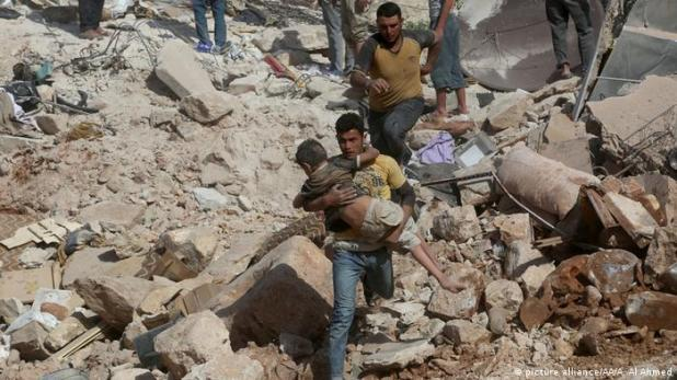 Rescate de niños tras un ataque aéreo en Alepo, Siria (picture alliance/AA/A. Al Ahmed).