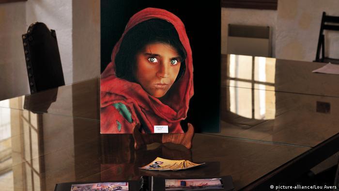 Frankreich Gemälde des berühmten Fotos der Afghanin Sharbat Gula (picture-alliance/Lou Avers)