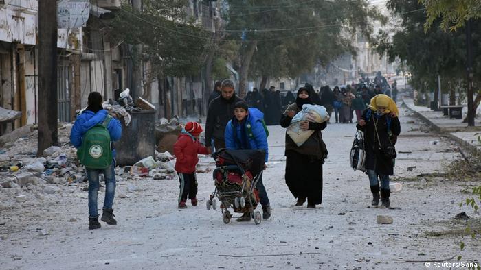 Çatışmalar nedeniyle Halep'in doğusunda on binlerce sivil evini terk etmek zorunda kaldı.