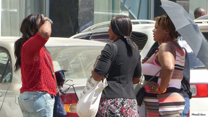 Brisk trade in Zambia in women's hair (DW/C. Mwakideu )