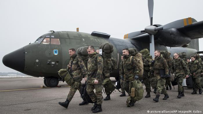 Litauen Bundeswehrsoldaten landen in Kaunas (picture-alliance/AP Images/M. Kulbis)