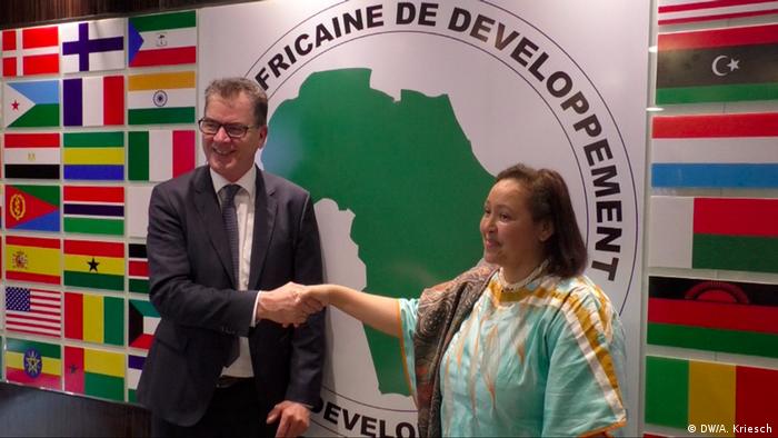 Entwicklungsminister Gerd Müller mit Frannie Leautier, Vize-Chefin der Afrikanischen Entwicklungsbank (DW/A. Kriesch)