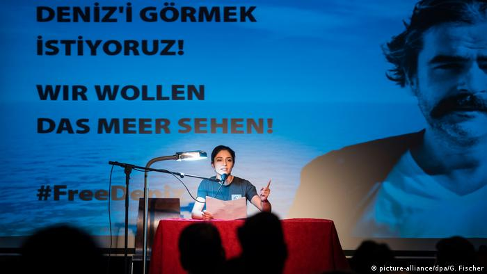 Deutschland Solidaritätslesung für Deniz Yücel in Berlin (picture-alliance/dpa/G. Fischer)