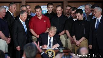 USA Donald Trump unterzeichnet Dekret gegen Obamas Umweltspolitik (Reuters/C. Barria)