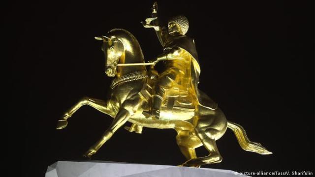 Золотий прижиттєвий пам'ятник президенту Туркменістану Гурбангули Бердимухамедову