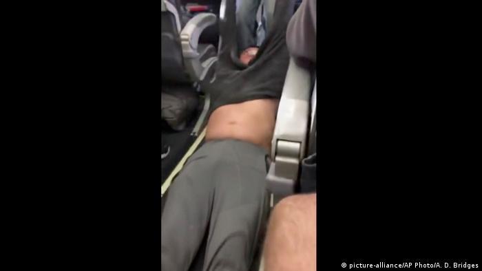 USA United Airlines-Passagier wird aus einem Flugzeug gezogen in Chicago (picture-alliance/AP Photo/A. D. Bridges)