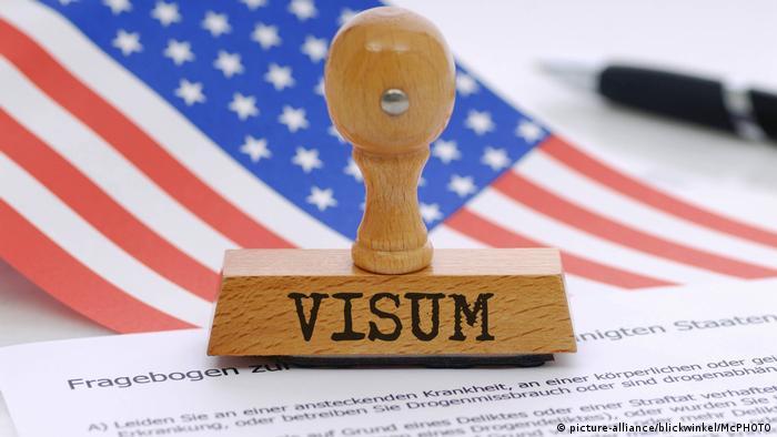 Stempel visum Symbolbild zu strengen Einreisekontrollen in die USA, picture symbolising strict control for entering the USA (picture-alliance/blickwinkel/McPHOTO)