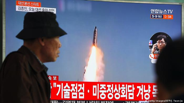 Südkorea TV Übertragung Raketentest in Nordkora (Getty Images/AFP/J. Yeon-Je)