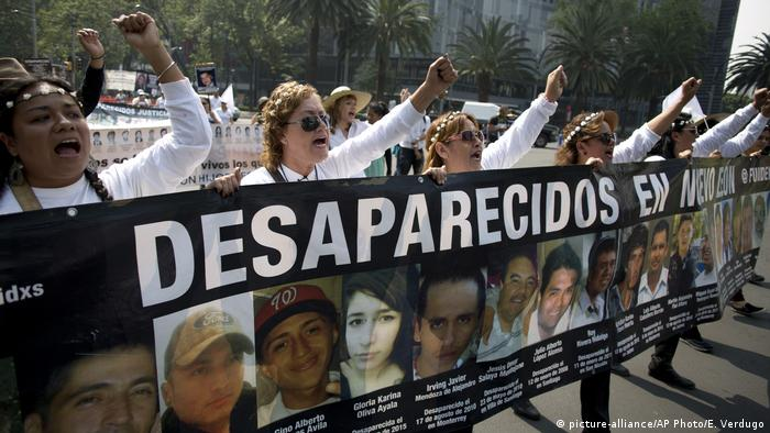 Mexico protest at disappeared people (picture-alliance/AP Photo/E. Verdugo)
