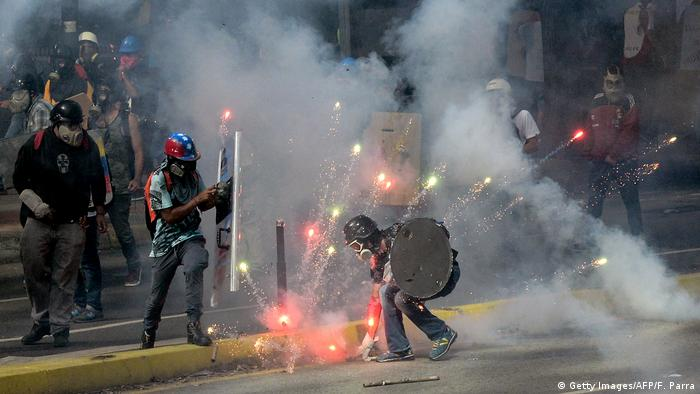 Demonstrators clash with riot police during a protest against the government (Getty Images/AFP/F. Parra)