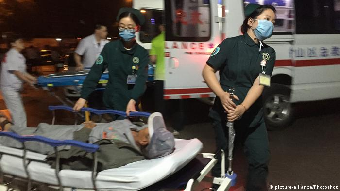 Emergency nurses pull the injured into the hospital after the explosion near a kindergarten in Fengxian County (picture-alliance/Photoshot)