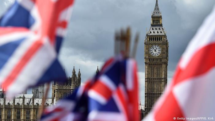 England London Brexit Nationalflaggen vor Big Ben (Getty Images/AFP/G. Kirk)