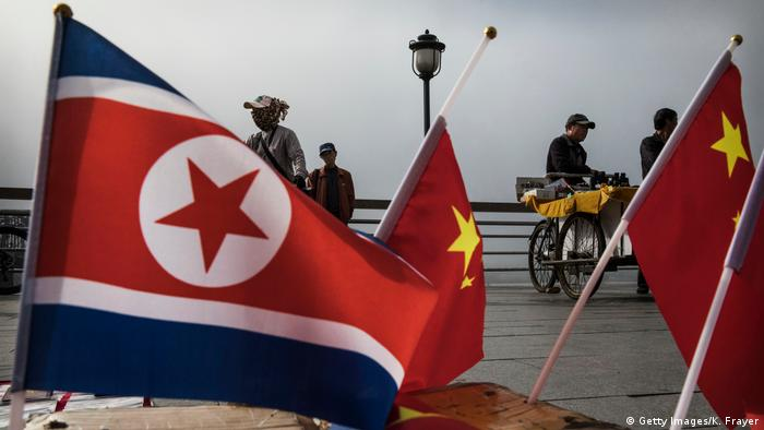 China Nordkorea Grenze Flaggen (Getty Images/K. Frayer)