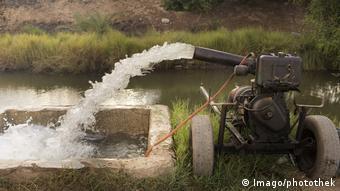 Ägypten Pumpe mit Dieselbetrieb an einem Bewässerungskanal in der Naehe von Qena am Nil (Imago/photothek)