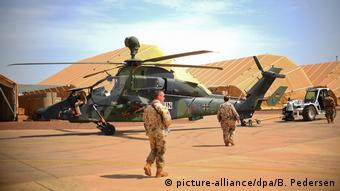 A helicopter with Bundesweher soldiers in Mali (picture-alliance/dpa/B. Pedersen)