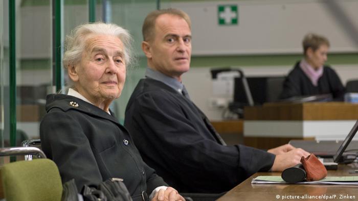 Ursula Haverbeck ao lado de seu advogado em tribunal de Berlim