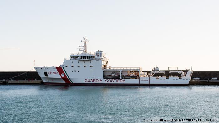 An Italian coast guard ship (picture-alliance/SOS MEDITERRANEE/L. Schmid)