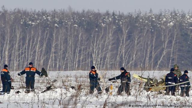 Russland - Bergungsarbeiten nach Flugzeugabsturz (picture-alliance / AP Photo / A. Zemlianichenko)