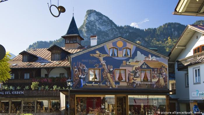 traditionally painted Bavarian houses in Oberammergau (picture-alliance / dpa / K. Wothe)