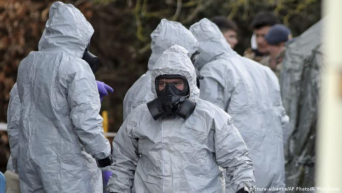 People in protective clothing (picture-alliance/AP Photo/A. Matthews)