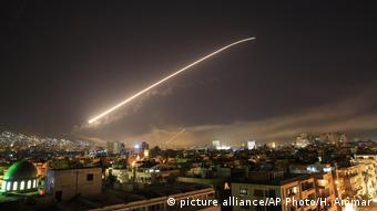 A missile shoots across the Syrian sky (picture alliance/AP Photo/H. Ammar)