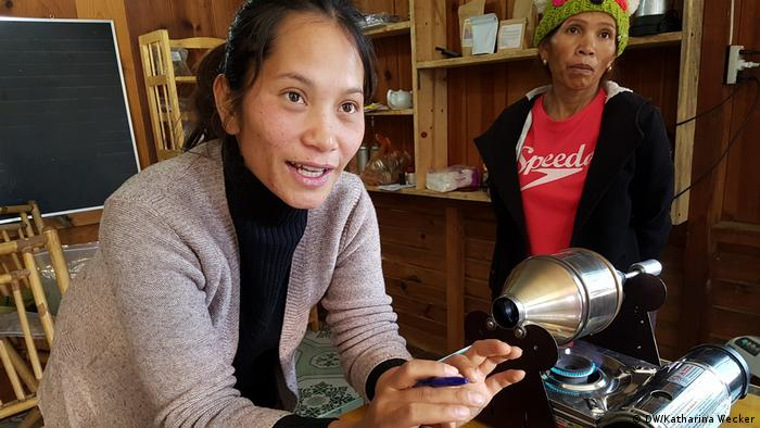 Photo: Rolan Co Lieng explains the art of coffee roasting (Source: Katharina Wecker/DW)