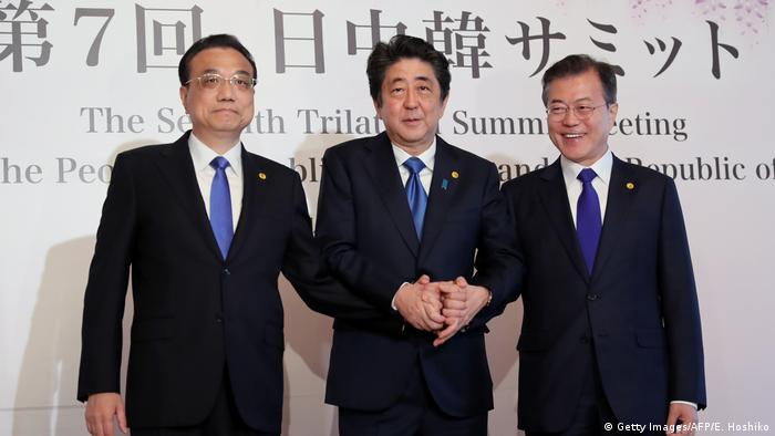 Chinese Premiere Li Kequiang, Japanese Prime Minister Shinzo Abe and South Korean President Moon Jae-in (Getty Images/AFP/E. Hoshiko)