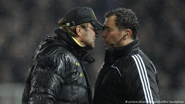 Jürgen Klopp und Schiedsrichter Stefan Trautmann (picture-alliance / augenklick / firo Sportphoto)
