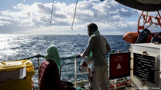 Geflüchtete auf dem mit der niederländischen Flagge geführten Rettungsschiff Sea Watch 3 (Getty Images / AFP / F. Scoppa)