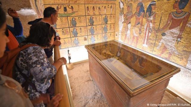 Besucher auf einer Plattform über Tutanchamuns Grab (Getty Images / AFP / M. El-Sahed)