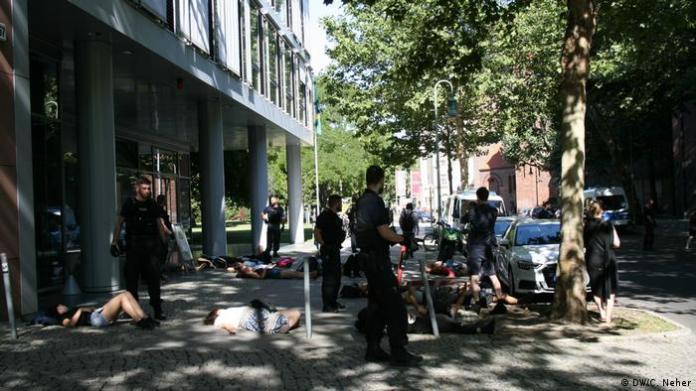 Em Berlim, alguns manifestantes deitaram em frente à embaixada