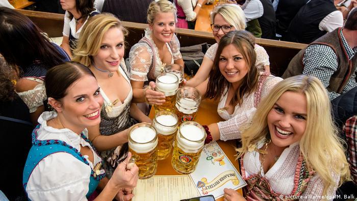Munich Oktoberfest 2019 girls in dirndls with beer glasses in hand (picture-alliance / dpa / M. Balk)