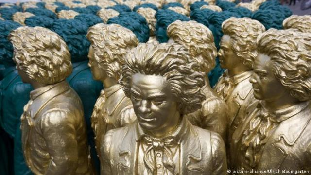 Golden Beethoven sculptures standing close together (Foto: picture-alliance/Ulrich Baumgarten).