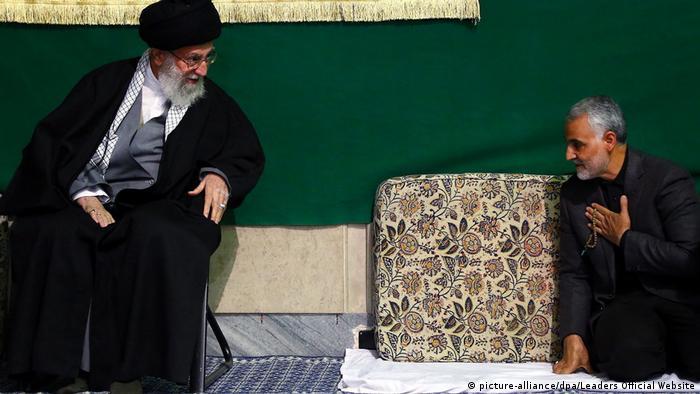 قاسم سلیمانی در کنار رهبر جمهوری اسلامی، علی خامنهای