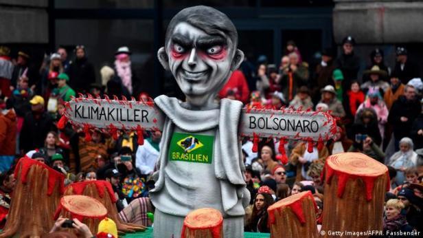 Carro alegórico em Düsseldorf retrata Bolsonaro como assassino do clima