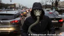 Un activist pentru protecția mediului la un protest în luna februarie (Reuters/Inquam Photos/O. Ganea)