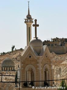 """ARCHIV - Eine maronitische Kirche (vorne) und eine islamische Moschee, aufgenommen in der syrischen Stadt Maalula (Archivfoto vom 26.10.2005). Das Dorf Maalula ist die einzige Stadt in Syrien mit einer christlichen Mehrheit in der Bevölkerung. Im Libanon, in Syrien und in Jordanien, wo arabische Katholiken, Protestanten und Orthodoxe leben, ist es relativ einfach, eine Bewilligung für den Bau einer Kirche zu erhalten. Mit Abstand am schwierigsten ist die Lage im islamischen Königreich Saudi-Arabien, wo es keine einheimischen Christen gibt und der Bau von Kirchen strikt verboten ist. Foto: Oliver Berg (zu dpa-Korr. """"Kirchenerbauer haben es in der arabischen Welt nicht immer leicht"""" vom 03.06.2007) +++(c) dpa - Bildfunk+++<br /><br />"""