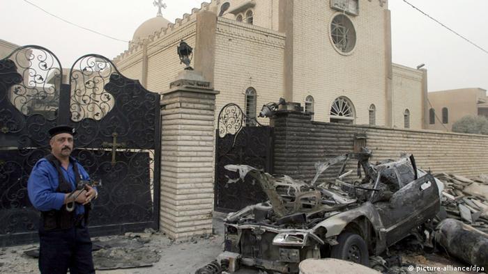 Ein Polizist bewacht ein Kirche in Bagdad nach einem Bombenanschlag 2009(Foto: EPD)