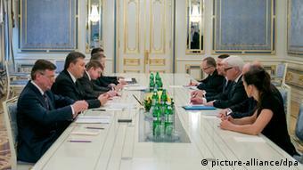 Viktor Yanukovych, Laurent Fabius, Frank-Walter Steinmeier, Radoslaw Sikorski seated at table