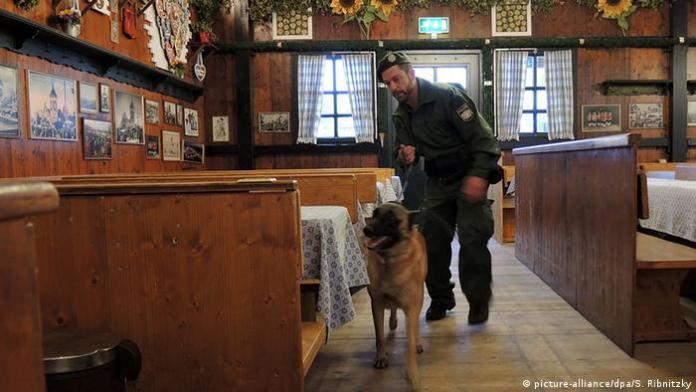 Policajac i policijski pas