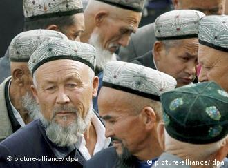 A crowd of Islamic Uyghur men exit the Idkah Mosque (built 1442 AD) after prayer time in Kashgar during the ongoing holy month of Ramadan, China's Xinjiang Uyghur Autonomous Region, Friday 13 October 2006. While under the sovereignty of China's capital, Islamic Kashgar is located about 3,800 km from Beijing yet less than 400 km from Pakistan, Tajikistan and Afghanistan. Business and work in the city slows down considerably during Ramadan, a period of abstinence during daylight hours from food, alcohol, smoking and sexual intercourse. Foto: EPA/MICHAEL REYNOLDS +++(c) dpa - Report+++<br /><br />