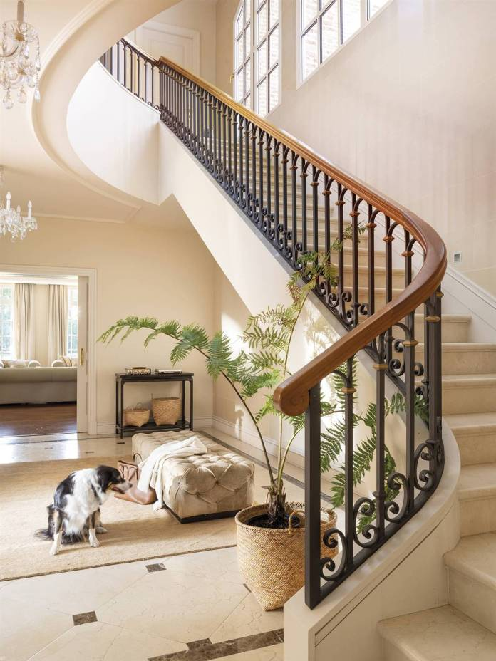A CLASSIC STAIRCASE INSPIRED BY ANCIENT BELGIAN CASTLES